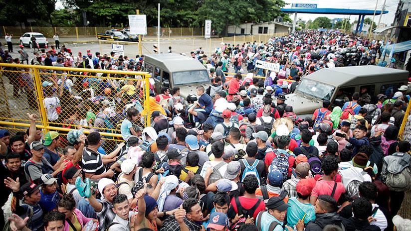 VIDEO: El momento exacto en el que la caravana de migrantes rompe la valla e irrumpe en México
