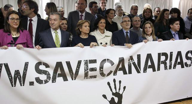 Los representantes de Save Canarias posan en grupo.