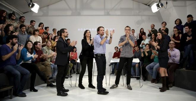 El secretario general  de Podemos, Pablo Iglesias, con el director de campaña, Iñigo Errejón, la coordinadora de Programa, Carolina Baescansa, el secretario de Organización, Sergio Pascual, y la secretaria de Coordinación de Areas, Irene Montero, en la pr
