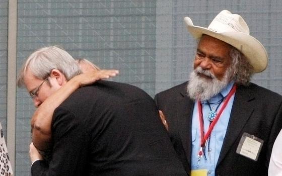 Premiê australiano abraça indígenas no Parlamento