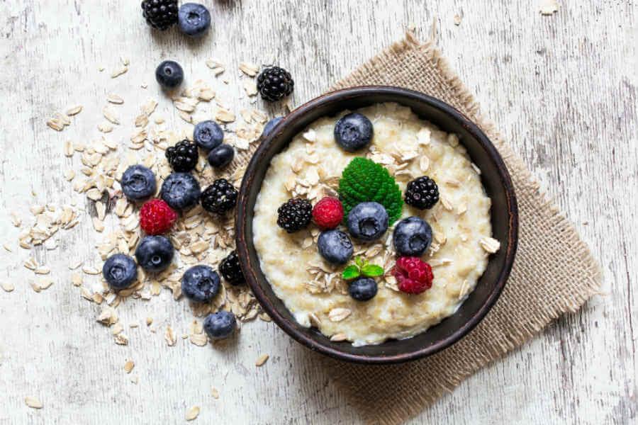 Bowl of oatmeal demonstrating a low-fat breakfast.