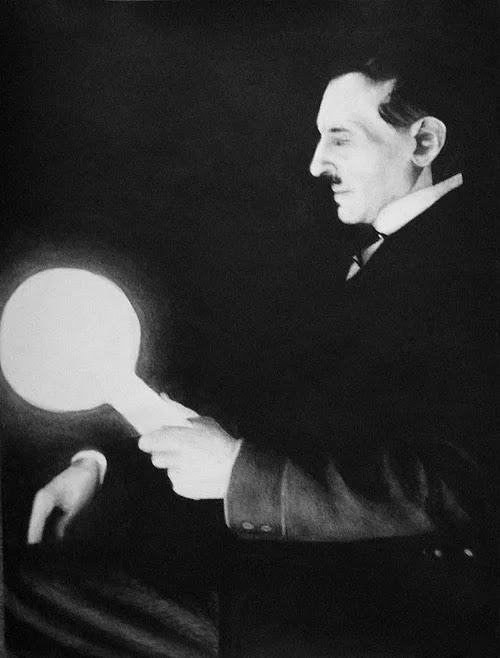 Nikola Tesla, ilk defa elektriğin bir kaynaktan çevreye yayılarak kablosuz ve çok yüksek miktarlarda iletilebileceğini söylemiştir. Daha sonra yaptığı deneylerle de bunu göstermiştir.