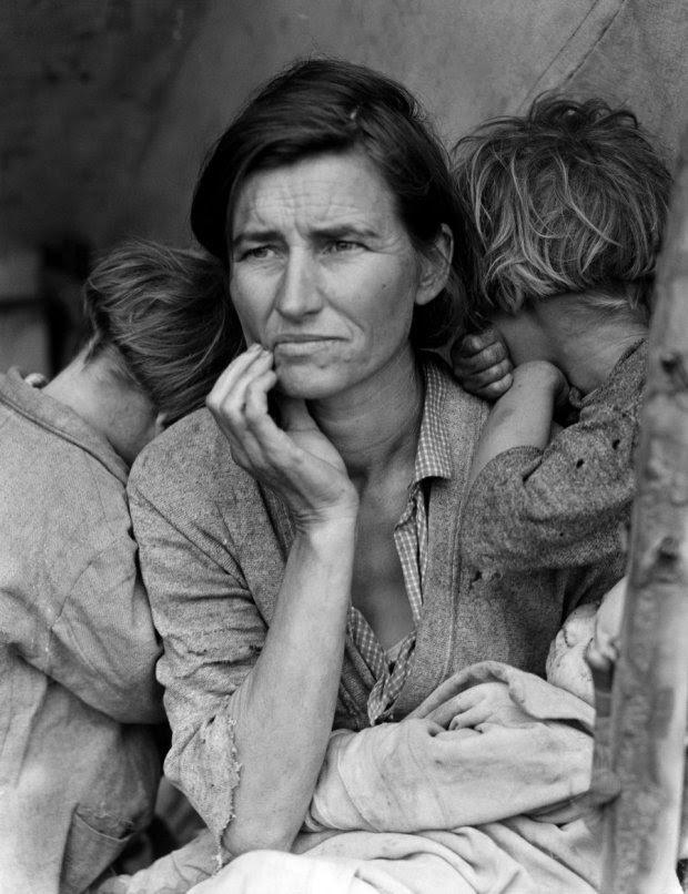 """ΚΑΛΙΦΟΡΝΙΑ-Μάρτιος 1936: Η Dorothea Lange φωτογράφησε μία μητέρα μετανάστη, την Florence Owens Thompson, με τα επτά παιδιά της. Χαρακτηρίστηκε ως η """"Μητέρα των μεταναστών,"""" και έγινε το πρόσωπο που παραπέμπει στην Μεγάλη Ύφεση εκείνης της εποχής."""