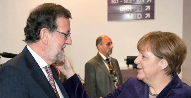 El Presidente del Gobierno español, Mariano Rajoy Brey saluda a la Canciller de Alemana, Angela Merkel. EFE