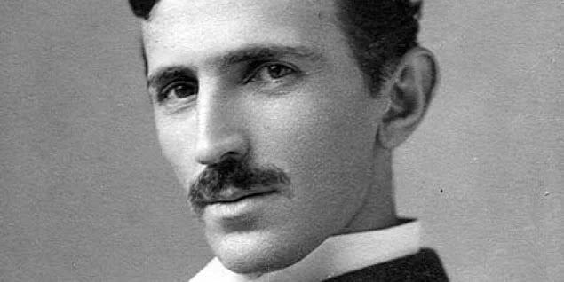 Edison ölüm döşeğindeyken Tesla'yı af dilemek için yanına çağırtmış fakat Tesla vaktimi boş laflar dinleyerek geçireceğime, insanlık adına gerekli icatları bularak geçiririm diyerek Edison'un son arzusunu yerine getirmemiş ve yanına gitmemiştir.