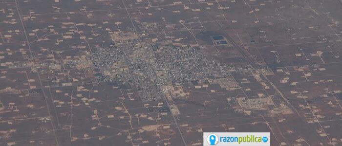 Pueblo de Eunice, Texas, rodeado de pozos de fracking.