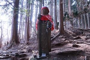 日向越(雷峠)には、 高さ170cmもの大きさの勝五郎地蔵に出会える