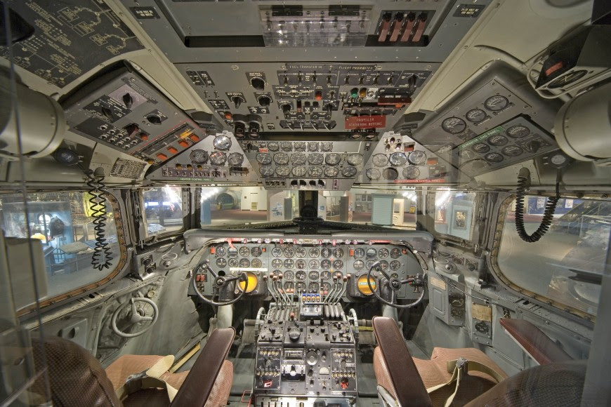 http://www.laboiteverte.fr/21-cockpits-davions/14-cockpit-avion-douglas-dc-7/