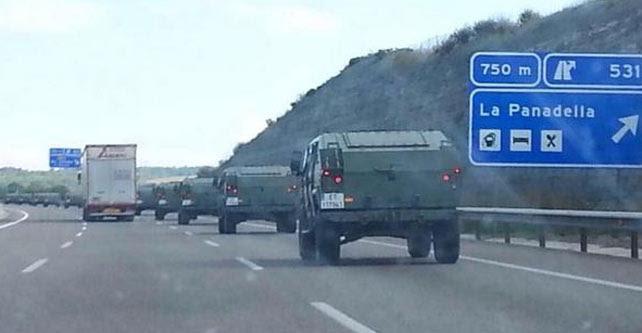 Imagen del convoy militar que se ha trasladado al cuartel del Bruc.