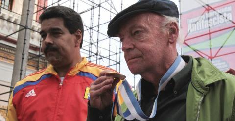 Eduardo Galeano junto a Nicolás Maduro en una fotografía de archivo de 2013. /REUTERS
