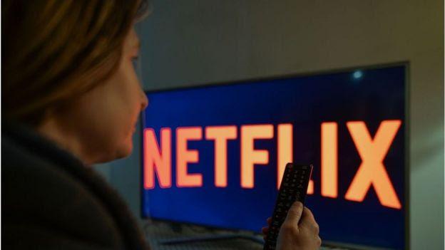 Mulher vendo Netflix