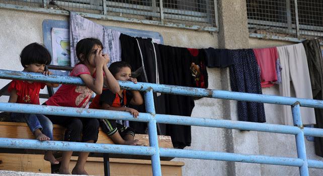 Niños descansan en un colegio gestionado por la ONU reconvertido en refugio.