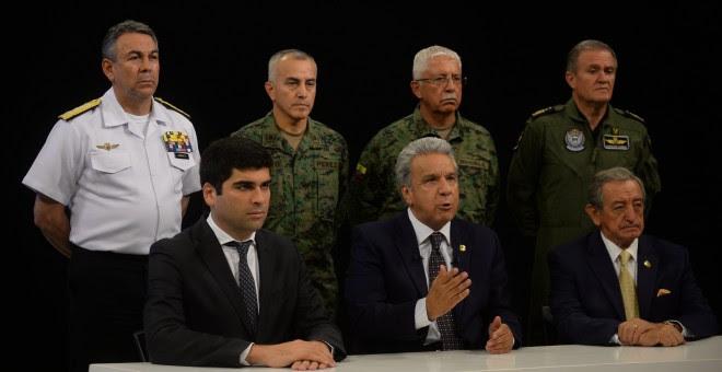 Fotografía cedida que muestra al presidente ecuatoriano, Lenín Moreno (c sentado), acompañado por el vicepresidente, Otto Sonneholzner (i); y el ministro de Defensa, Oswaldo Jarrín (d), este lunes. / EFE