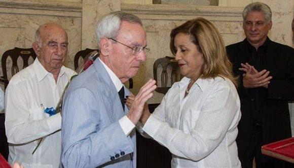 El Dr. Leal Spengler (centro izq.) también recibió la Orden Carlos J. Finlay. Foto: Marcelino Vázquez/ ACN.