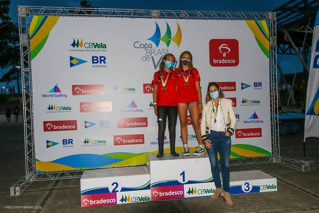 Dupla Maria Eduarda Claudino e Luana Strassburger no pódio da classe 29er da Copa Brasil de Vela.