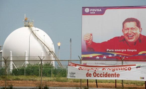Un letrero en un proceso de gas planta al este de Caracas, Venezuela, espectáculos el ex presidente Hugo Chávez. Foto: Diego Giudice / Bloomberg News / Getty Images