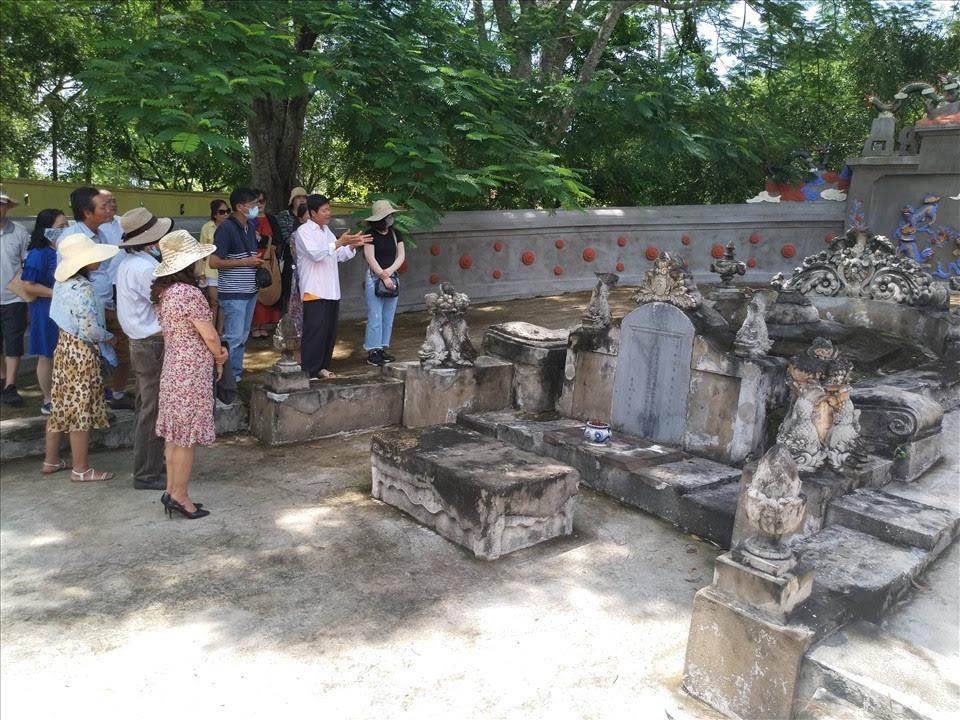 Du khách tham quan mộ Đức Quốc công Phạm Đăng Hưng. Ảnh: k.Q