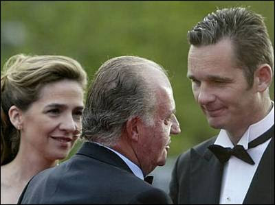 El rey, la infanta Cristina e Iñaki Urdangarin conversan en una imagen de archivo. EFE