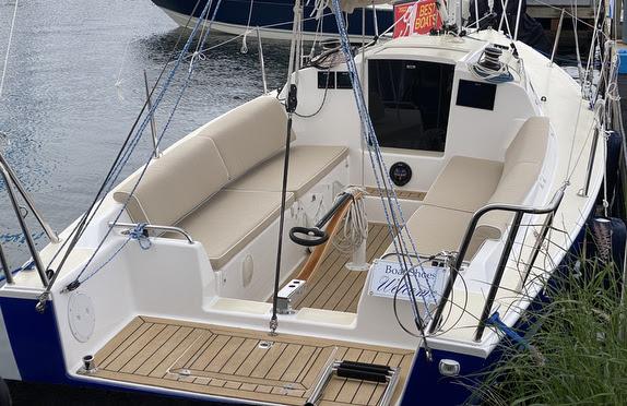 J/9 daysailer sailing off Newport