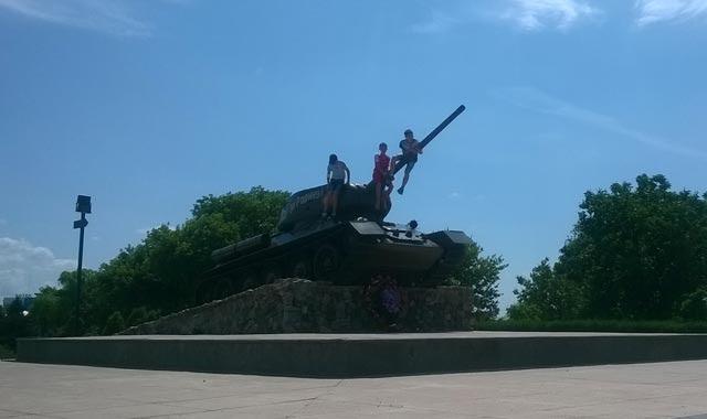 Tres niños juegan en un tanque soviético T-34 en Tiráspol, la capital de Transnistria. FOTOS: CORINA TULBURE