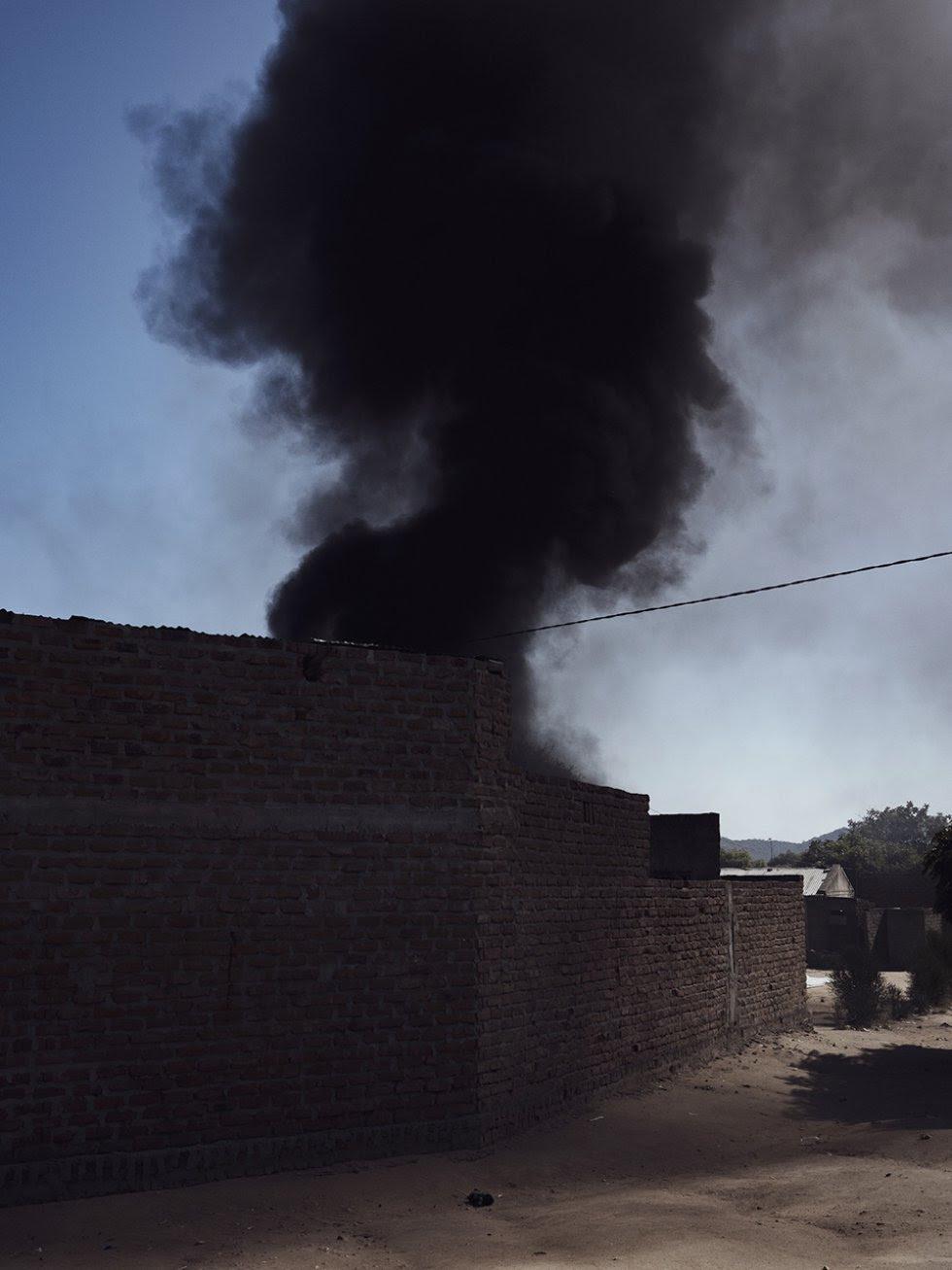 Una columna de humo se eleva desde el interior de una casa en el centro de Bagamoyo. En la mayoría de los casos, los propios habitantes queman los desechos, lo que agrava aún más la ya precaria situación de su salud.