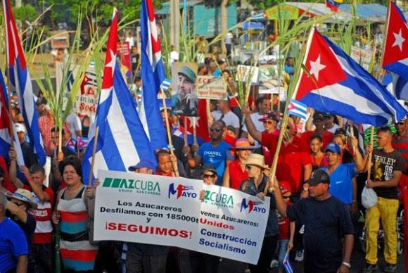 Desfile  por el Primero de Mayo,  Día Internacional de los Trabajadores, en la Plaza Mayor General Vicente García, en Las Tunas, Cuba, el 1ro. de mayo de 2015.   AIN  FOTO/Yaciel PEÑA DE LA PEÑA/