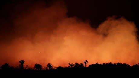 Humo saliendo de los incendios de la selva amazónica cerca del municipio de Humaitá, estado brasileño de Amazonas, el 17 de agosto de 2019.