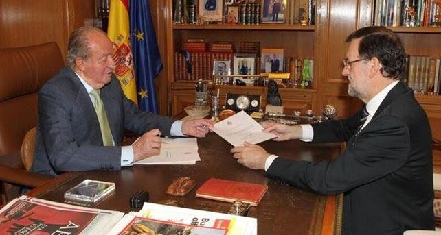Fotografía publicada por la Casa Real en Twitter el momento en el que el rey entrega a Rajoy el documento de su abdicación.