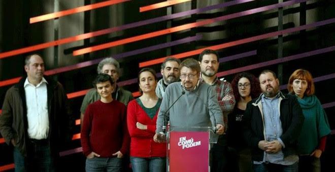 El cabeza de lista de En Comú Podem, Xavier Domènech, acompañado de diputados y senadores electos de su formación, durante la rueda de prensa que ofrecieron en la Estación del Norte para valorar los resultados obtenidos en la elecciones generales celebrad
