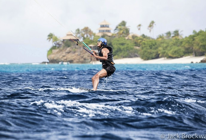 Obama pratica kitesurfe (Foto: Jack Brockway/Virgin.com)