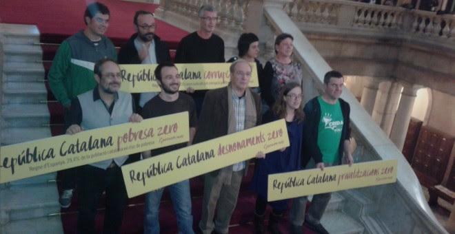 Los diputados autonómicos de la CUP en las escaleras del Parlament. M.F.