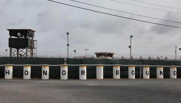 El exterior del Campo Delta con un emblema que se ve a lo largo de la base de Guantánamo: 'Honor Bound' (Obligación de Honor). Fue un campo con celdas de prisioneros en los primeros años del penal. Ahora acoge un centro médico y varios edificios administrativos.