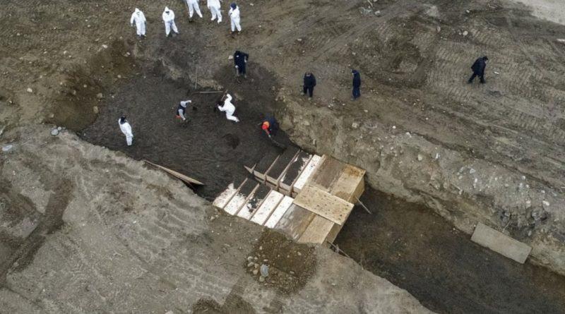 New York: en fosas comunes entierran a muertos por coronavirus
