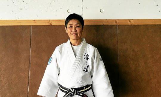 Hikari Sasaki-Cariou, 51 ans, enseigne le judo aux élèves du dojo de Crozon. L'une de ses nombreuses activités.