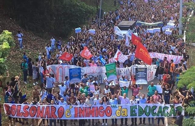 Estudiantes de la UFBA, una de las primeras afectadas por el recorte de Bolsonaro, realizan protesta contra el gobierno - Créditos: DCE UFBA