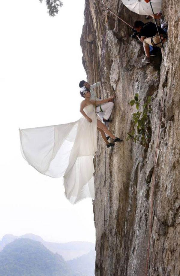 perierga.gr - Παντρεύτηκαν στην άκρη του γκρεμού!