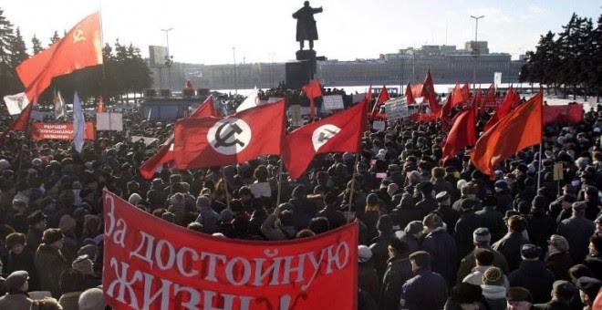 Miles de personas se concentran junto a la estatua de Lenin en la estación Finlandia de San Petersburgo. - AFP