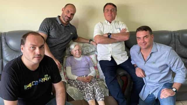 Sem máscara, Bolsonaro posa ao lado da mãe de 94 anos