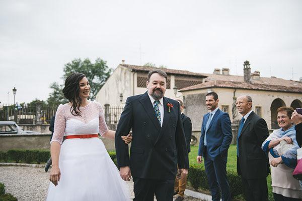 entrata della sposa Erica, sposa oculata anni 50 al braccio del papà